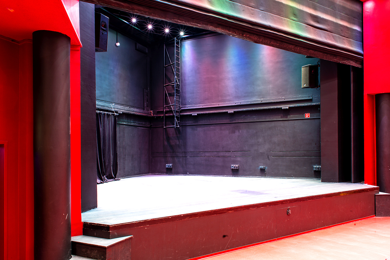 2 – Theater Buehne